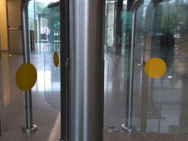 """Наклейка """"Желтый Круг"""" на двери для слабовидящих"""